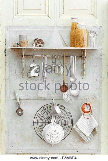 Homemade gewürzt Quitten Likör und Küchenutensilien Stockbild