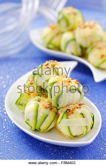 Käsebällchen in Zucchini eingewickelt Stockbild