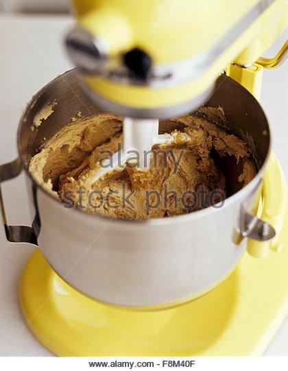 Mischen von Chocolate Chip Cookie-Teig in einen Mixer vor Schokoladenstückchen werden hinzugefügt Stockbild