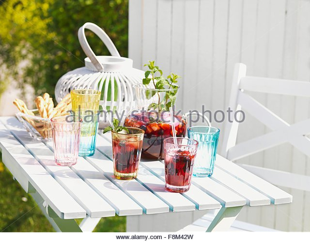 Sangria auf einer sommerlichen Gartentisch Stockbild