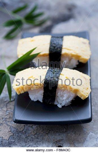 Tamago Sushi (Nigiri Sushi mit japanische Omelette) Stockbild