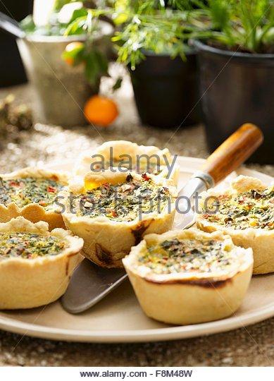 Pikante Muffins mit Zucchini, Paprika und Spinat Stockbild