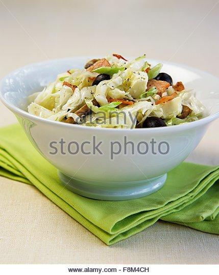 Weißkohl mit Speck, Schafskäse und Oliven Stockbild