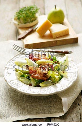 Chicorée, Speck und Birnen Salat Stockbild