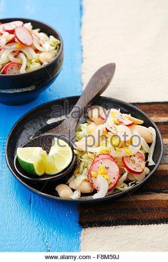 Lima-Bohnensalat mit Kohl, Peru Stockbild