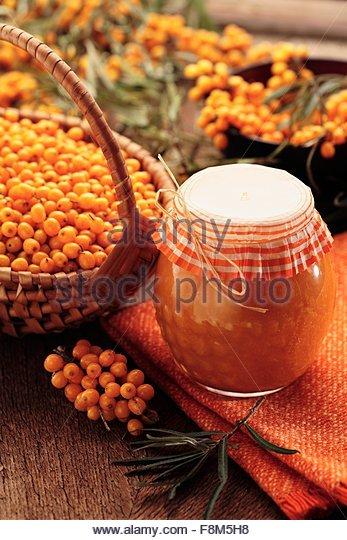 Meer Sanddorn Marmelade und frischen Sanddorn-Beeren Stockbild