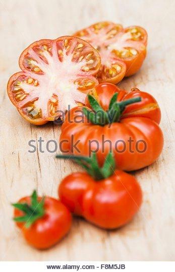 Ganze und geschnittene Tomaten von Red Star Stockbild