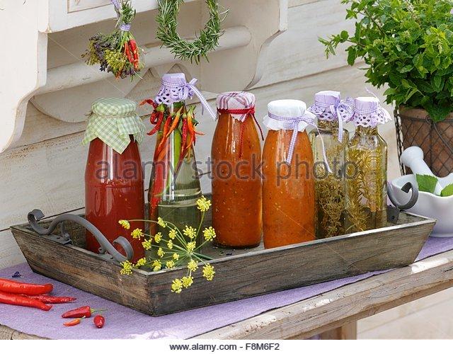 Hausgemachte Tomaten-Pesto und Chili, Thymian und Rosmarin-Essig Stockbild