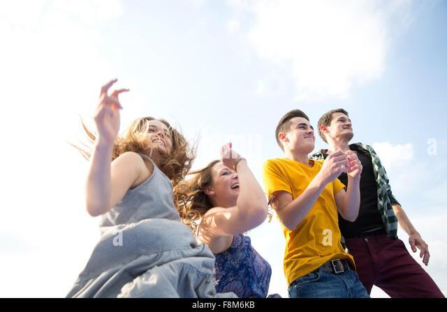 Gruppe von jungen Erwachsenen, laufen, Outdoor, niedrigen Winkel Ansicht Stockbild