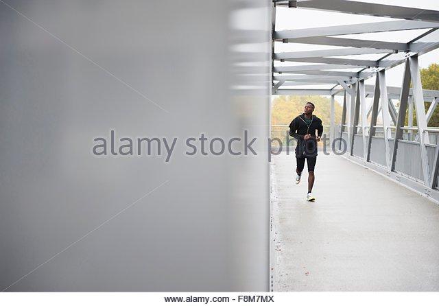 Junger Mann im freien laufen Stockbild