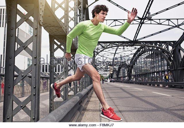 Junger Mann frei läuft auf städtische Brücke Stockbild
