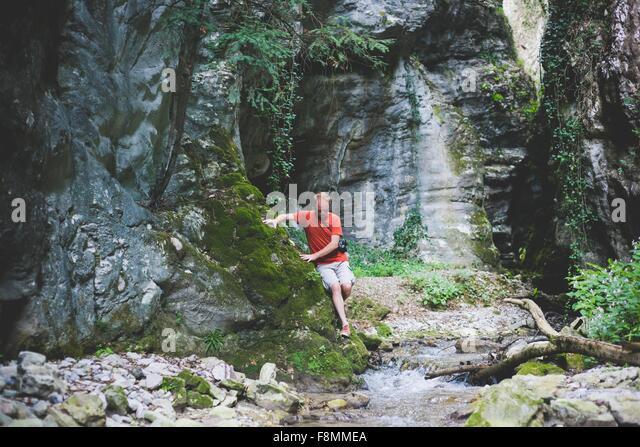 Mann erkunden Felsformation, Garda, Italien Stockbild