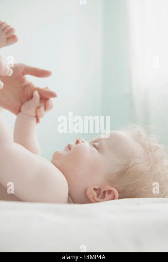 Tochter von Mutter und Baby, Hand in Hand Stockbild