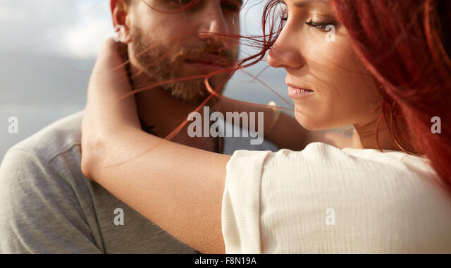 Junge Frau mit ihrem Freund im Freien Schuss hautnah. Junges Paar im Urlaub. Stockbild