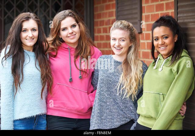 Gruppe von Jugendlichen Freundinnen im städtischen Umfeld Stockbild