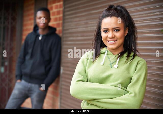 Porträt von Teenager-Paar im städtischen Umfeld Stockbild