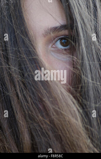 Traurige Teenager-Mädchen Haar bedeckte Gesicht im freien Stockbild