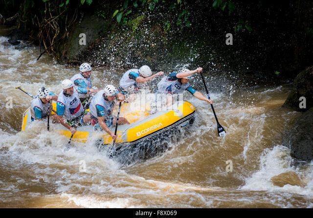 Tschechische Republik-Meister Herren-Team am Kopf an Kopf Sprint-Kategorie während Rafting-WM konkurrieren. Stockbild