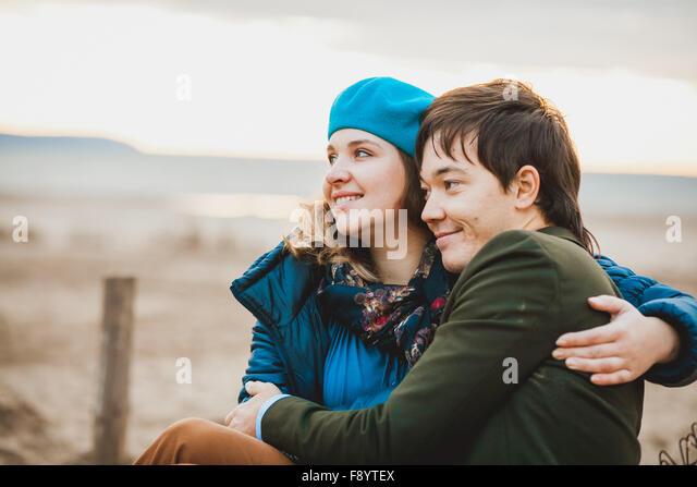 junges Paar Spaziergänge und posieren am Strand im Herbst Stockbild