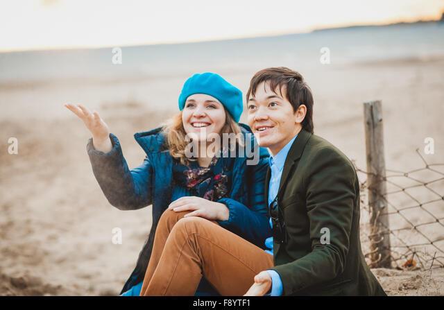 junges Paar zu Fuß am Strand im Herbst Stockbild