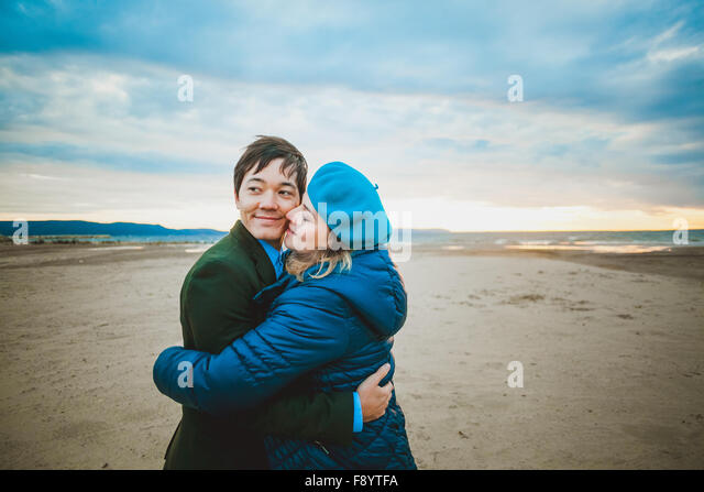 Schwangere Frau Wandern und outdoor im warmen Tag küssen Stockbild