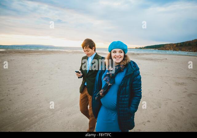 Schwangere Frau zu Fuß in warmen Tag im freien Stockbild