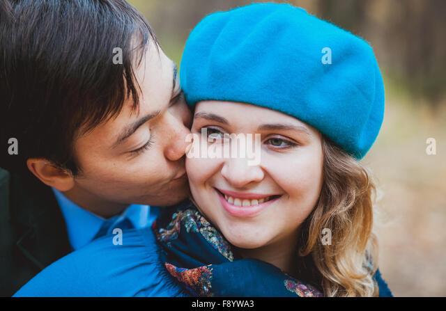 Glücklich verheiratetes Paar - Mann küssen seine schwangere Frau Stockbild