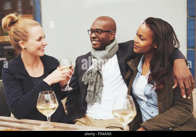 Freunde, die ein Gespräch in einem Café Multi Rasse Freundschaft Stockbild