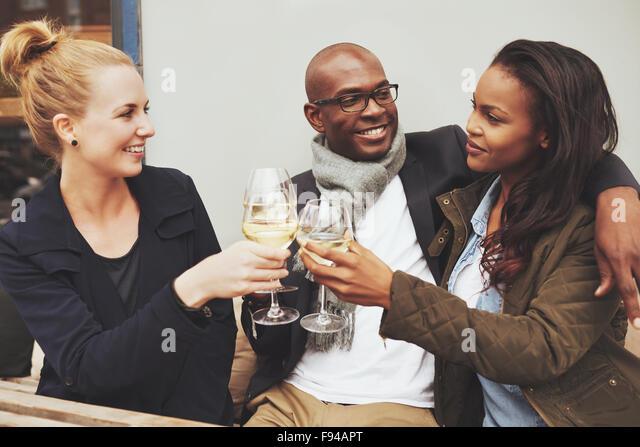 Drei Multi ethnischen Freunde haben eine gute Zeit auf ein café Stockbild