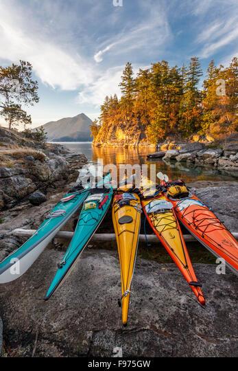 Kajaks liegen oberhalb der Flut Mark auf West Curme Island in Desolation Sound Marine Park. British Columbia, Kanada. Stockbild