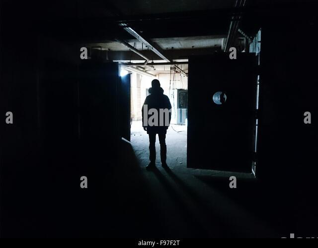 Silhouette der Mann im Dunkeln Gebäude Stockbild
