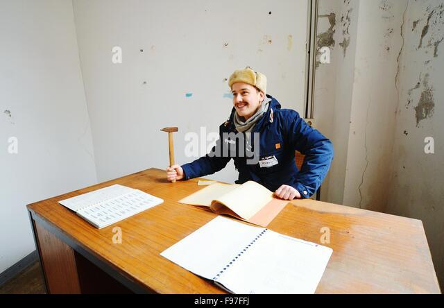 Mitte erwachsener Mann im alten Büro arbeiten Stockbild