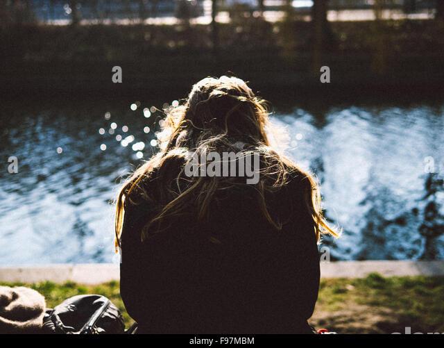 Rückansicht des entspannten Frau am Ufer Stockbild