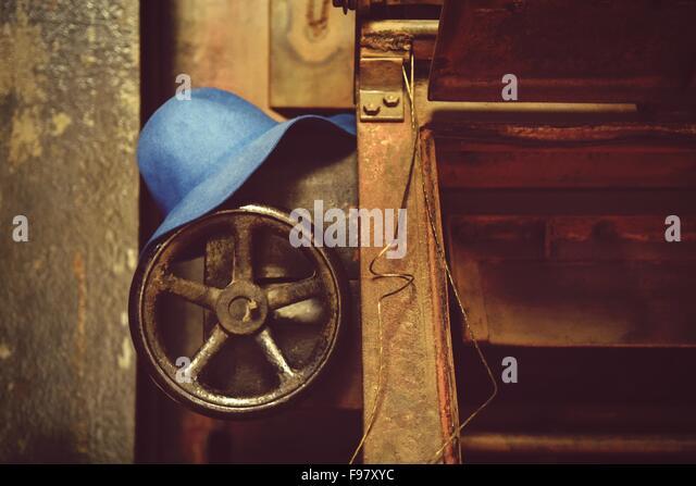 Nahaufnahme der Hut auf Ventil In verlassenen Fabrik Stockbild