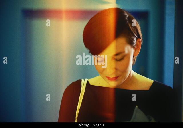 Nahaufnahme der Mitte Erwachsene Frau auf der Suche nach unten Stockbild