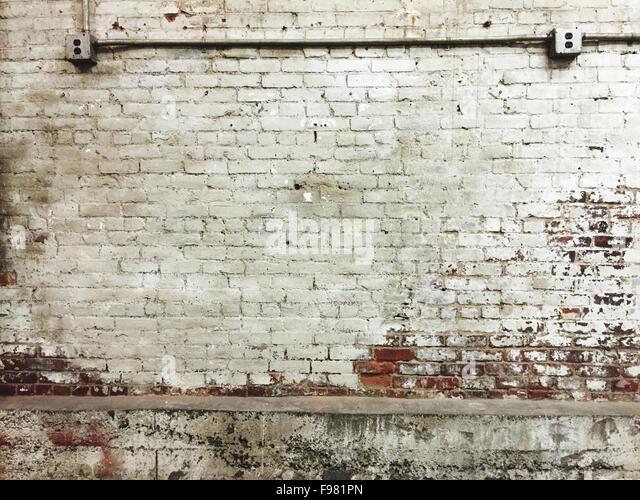 Rohr auf alte Mauer montiert Stockbild