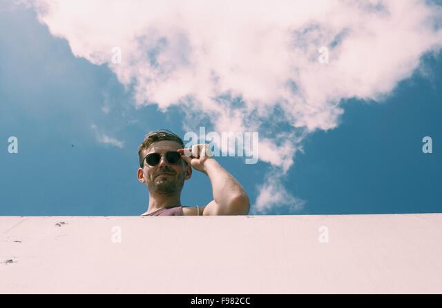 Niedrigen Winkel Blick des jungen Menschen gegen den Himmel Stockbild