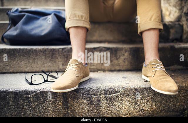 Detail der moderne Hipster Mannes Füßen sitzt auf der Treppe Stockbild