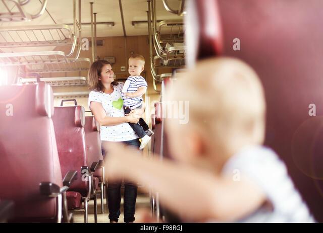 Familie mit zwei Kindern reisen in Retro-Zug. Stockbild
