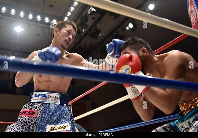 Tokio, Japan. 14. Dezember 2015. (L-R) Kenichi Ogawa, Rikki Naito Boxen: Kenichi Ogawa von Japan im Kampf gegen Stockbild