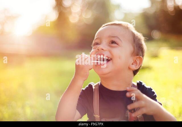 Niedlichen kleinen Jungen Spaß draußen im Sommer-Natur Stockbild