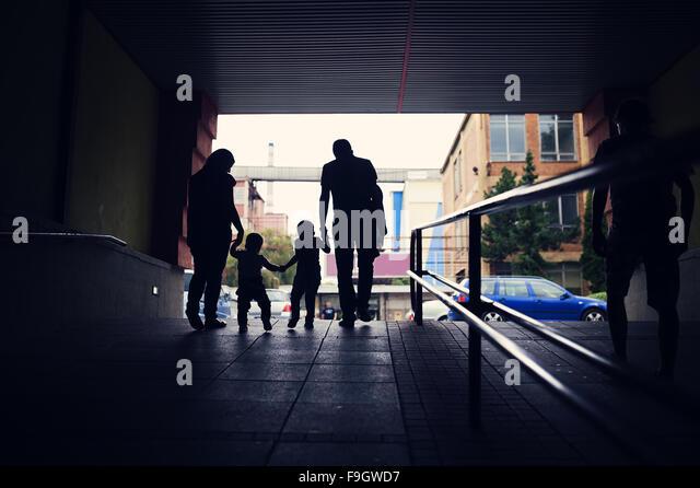 Junge Familie mit zwei kleinen Jungen in einer u-Bahn Stockbild