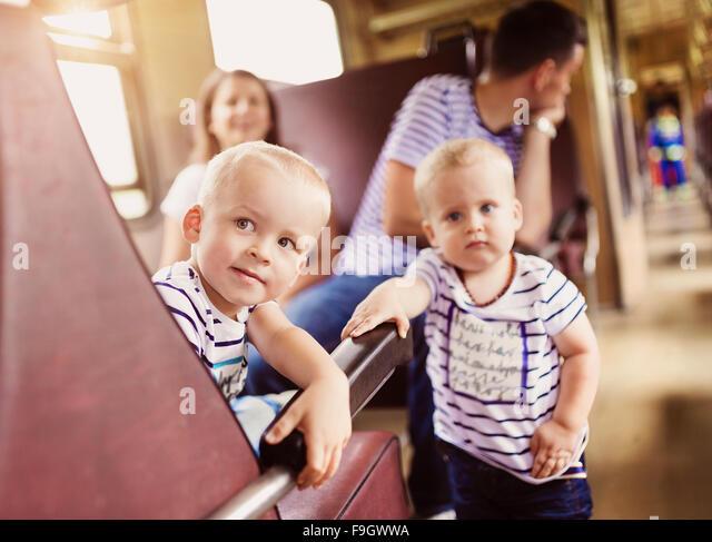 Familie mit zwei Kindern reisen in Zug. - Stock-Bilder