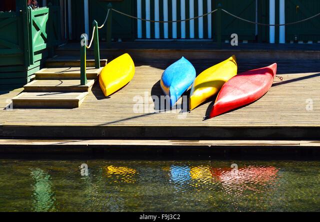 Bunte Kajaks auf einem hölzernen Pier. Sommer Urlaub Konzept Stockbild
