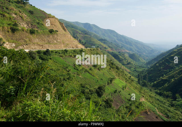 Straße absteigend von Fort Portal in der Semliki Valley, Uganda Stockbild
