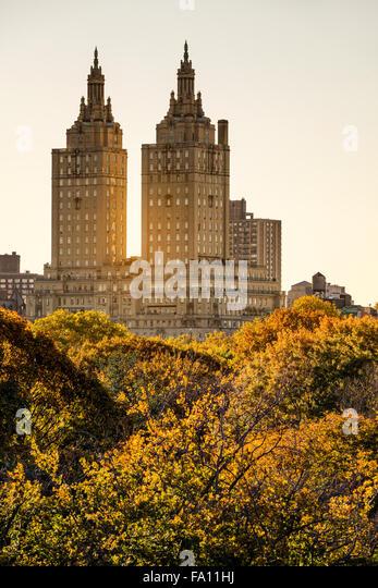 Blick auf die San-Remo-Building bei Sonnenuntergang mit Central Park Herbstlaub, Upper West Side, Manhattan, New Stockbild