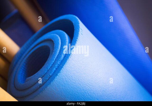 Pilates Übung Fitness Gym Training Yoga-Matten und Stöcke im Health Club zu entwickeln Stärke, Flexibilität Stockbild