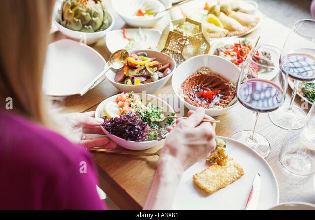 Frau, die Lebensmittel in Platte im libanesischen restaurant - Stock-Bilder