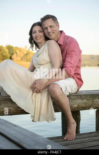 Porträt des reifes Paar lächelnd auf Pier, Bayern, Deutschland Stockbild