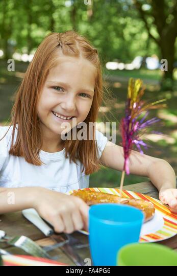 Porträt eines Mädchens Essen bei Picknick, München, Bayern, Deutschland Stockbild